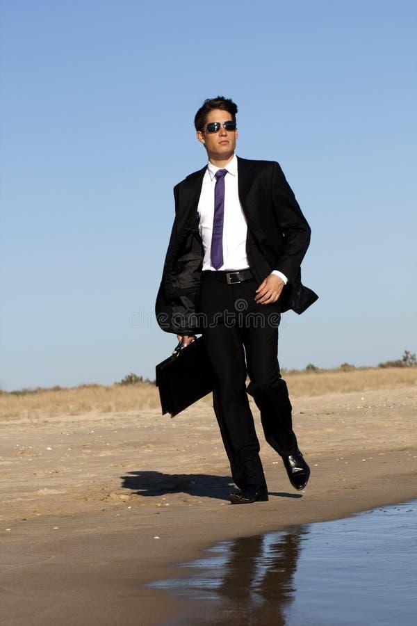 Homem de negócio de passeio imagem de stock royalty free