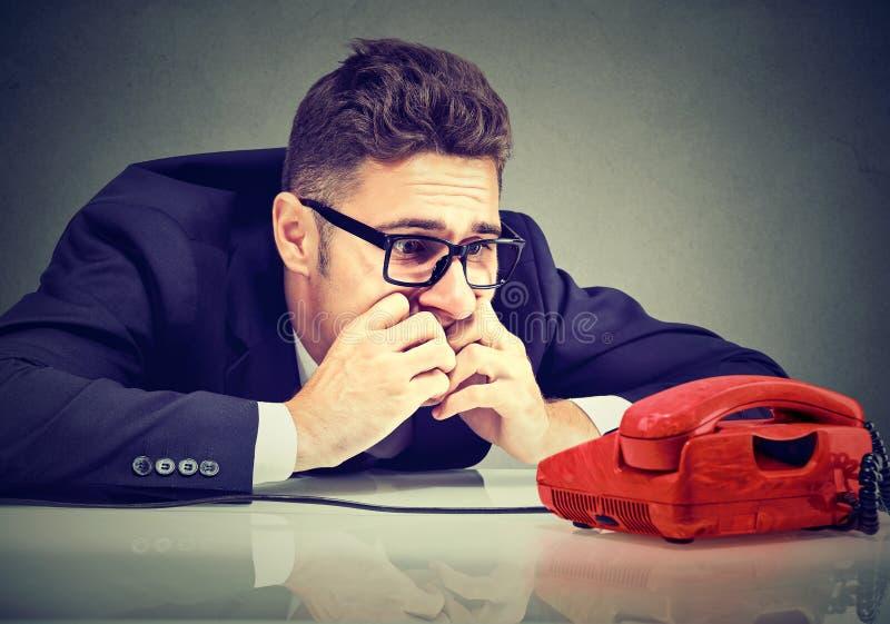 Homem de negócio desesperado que espera alguém para chamá-lo imagem de stock royalty free
