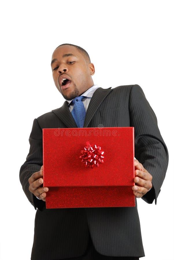 Homem de negócio do americano africano surpreendido pelo presente fotos de stock royalty free