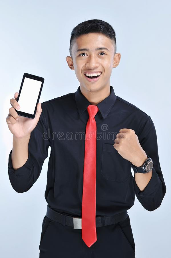 Homem de negócio do vencedor do sucesso que ganha no app do telefone celular Homem de negócio Cheering que olha o desafio ou o tr imagens de stock