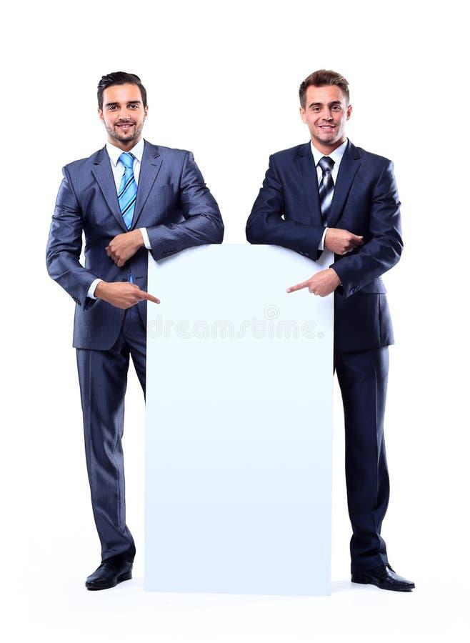 Homem de negócio dois de sorriso que mostra o quadro indicador vazio fotografia de stock