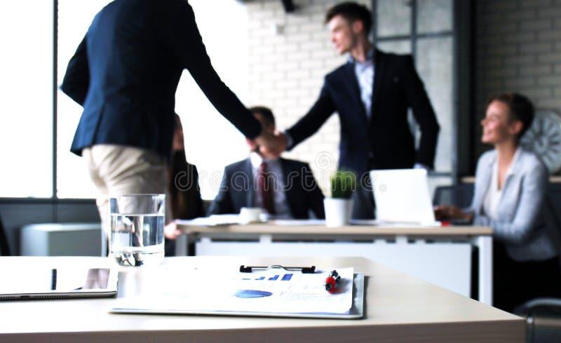 Homem de negócio dois seguro que agita as mãos durante uma reunião no escritório imagens de stock royalty free