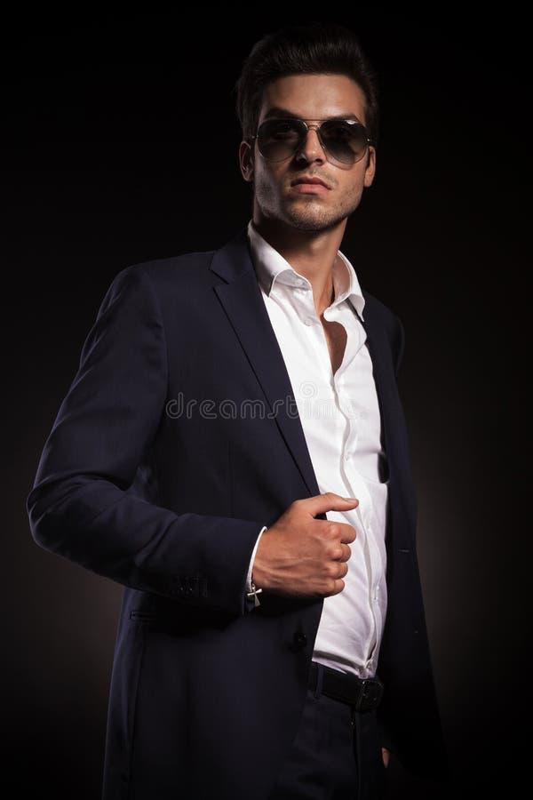 Homem de negócio elegante novo que olha acima fotografia de stock