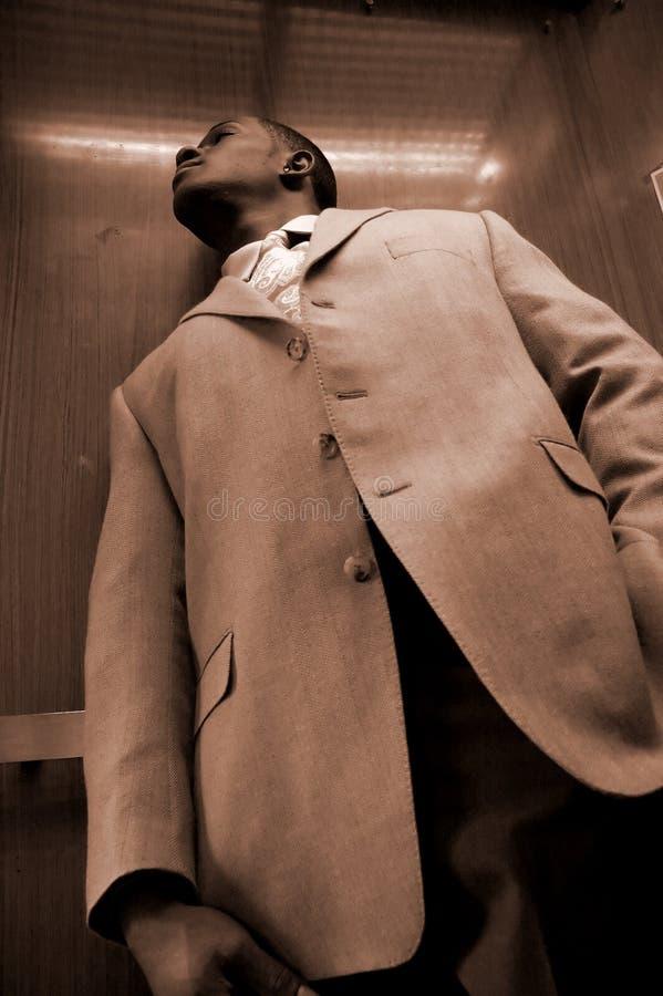 Homem de negócio em um elevador fotografia de stock