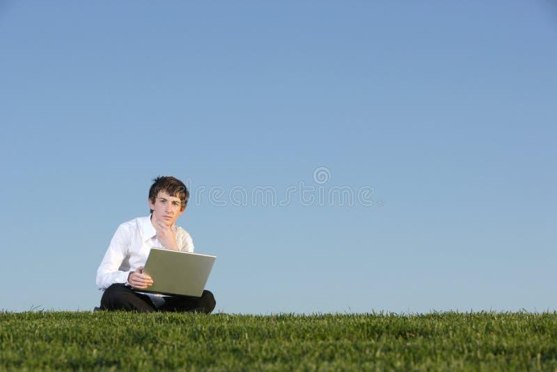 Homem de negócio em um portátil imagem de stock royalty free