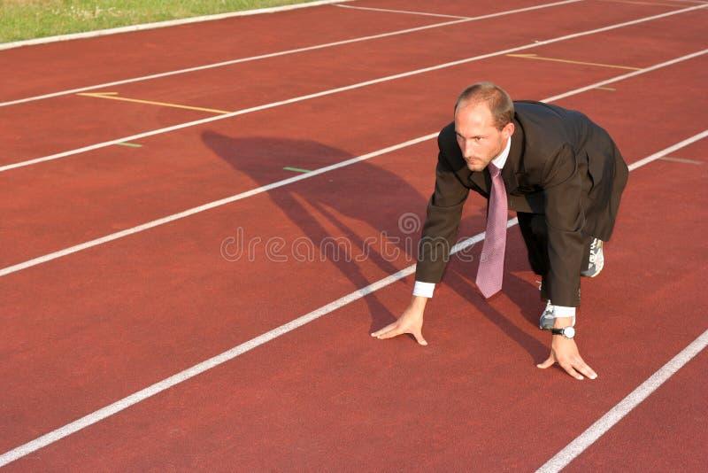 Homem de negócio em uma trilha running pronta para funcionar imagens de stock