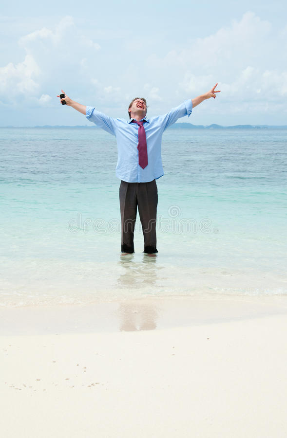 Homem de negócio engraçado na praia foto de stock royalty free