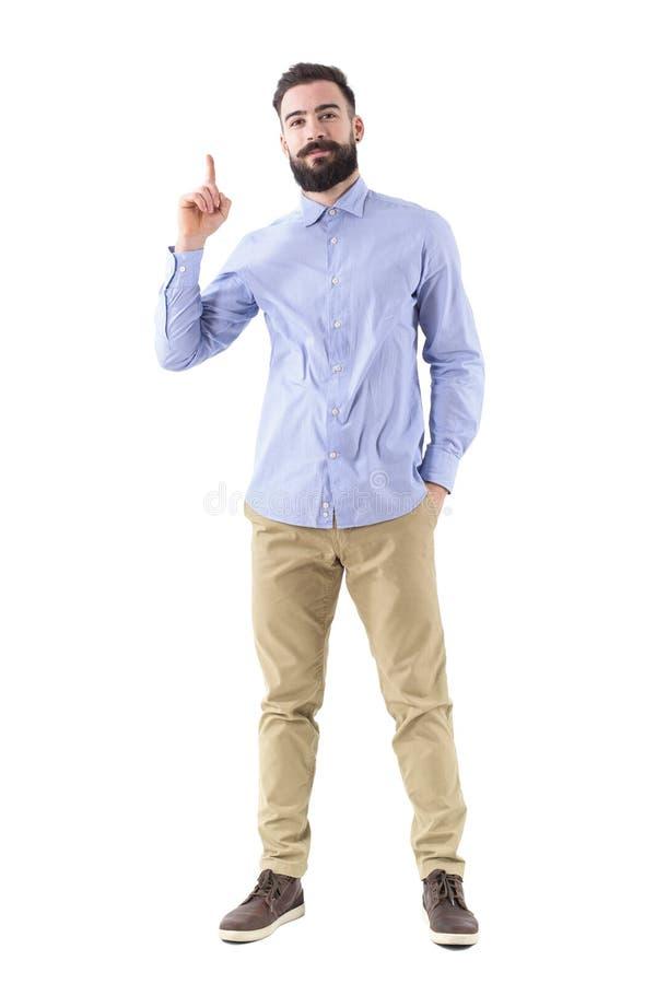 Homem de negócio farpado considerável novo que tem a ideia que aponta o dedo acima no vestuário desportivo esperto fotos de stock royalty free