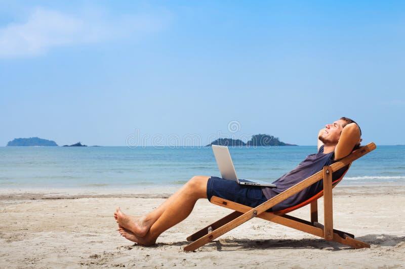 Homem de negócio feliz na praia fotos de stock royalty free