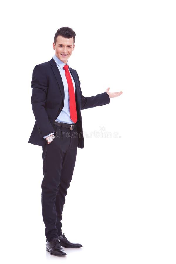 Homem de negócio feliz que dá a apresentação fotografia de stock