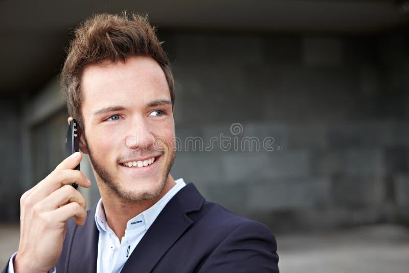 Homem de negócio feliz que faz atendimentos foto de stock royalty free