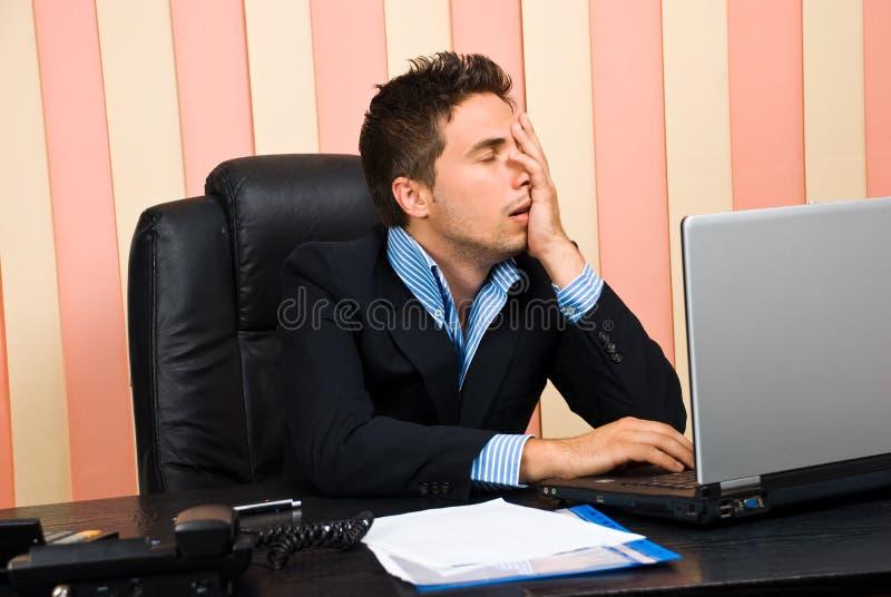 Homem de negócio forçado com problemas no portátil imagens de stock royalty free