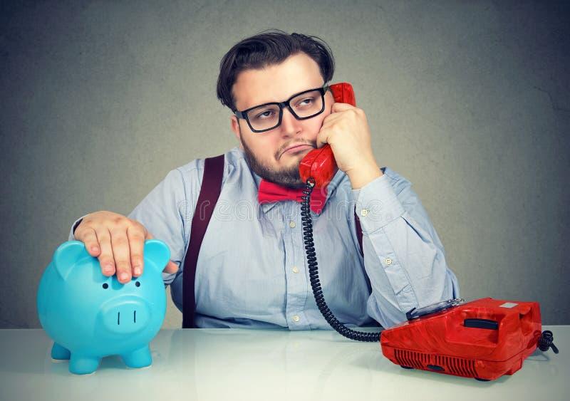 Homem de negócio furado que tem o telefonema imagens de stock royalty free