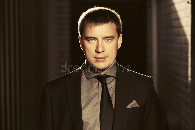Homem de negócio hansome novo que veste o terno preto foto de stock royalty free