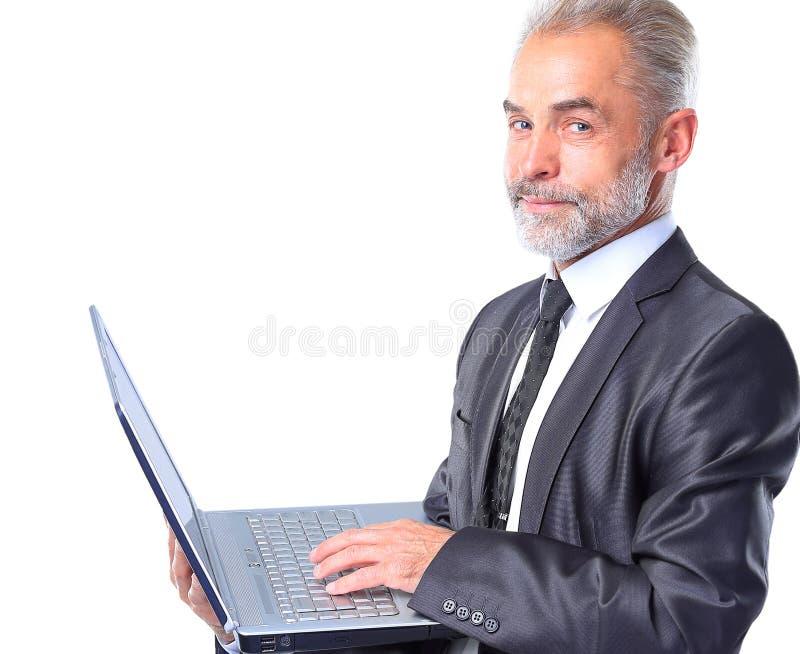 Homem de negócio idoso com portátil fotografia de stock royalty free