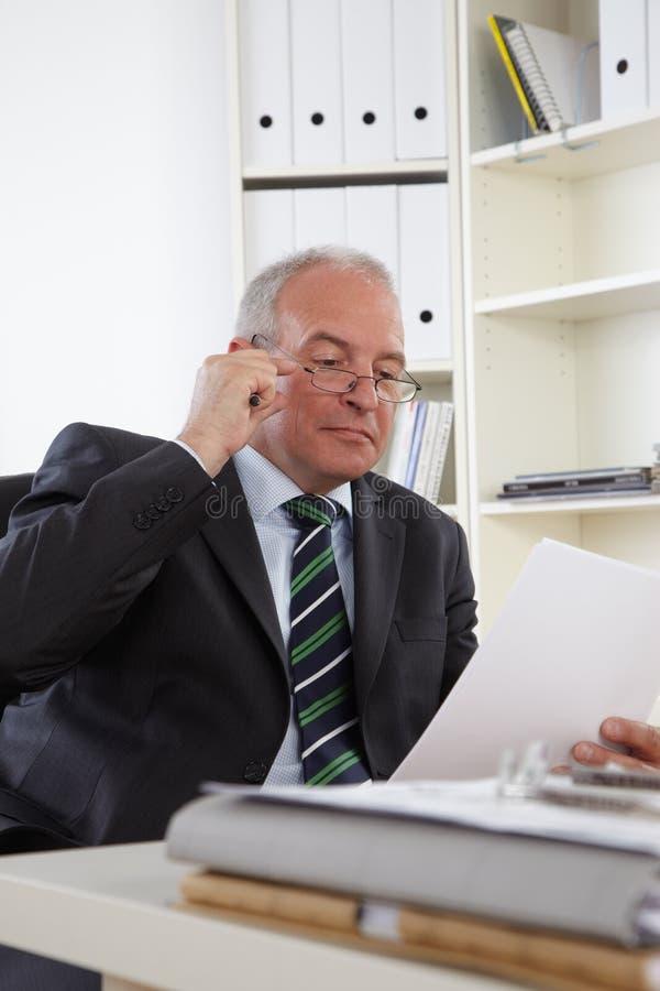 Homem de negócio idoso no escritório imagem de stock royalty free
