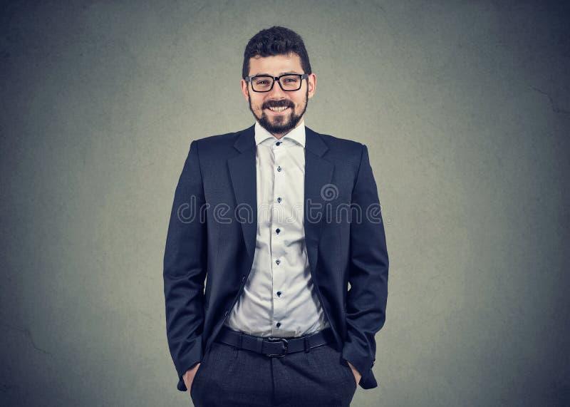 Homem de negócio independente de sorriso seguro foto de stock