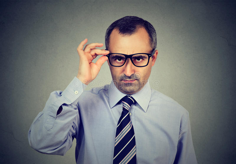 Homem de negócio maduro cético que olha a câmera foto de stock royalty free