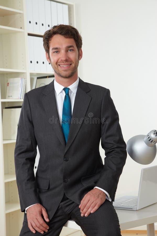 Homem de negócio no escritório imagens de stock royalty free