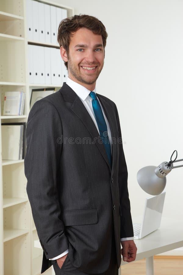 Homem de negócio no escritório imagem de stock royalty free