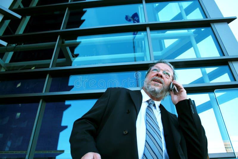 Homem de negócio no telefone de pilha fotos de stock