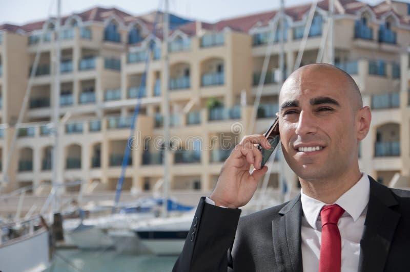 Homem de negócio no telefone no porto imagens de stock