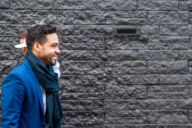 Homem de negócio no terno azul que sorri fora fotos de stock royalty free