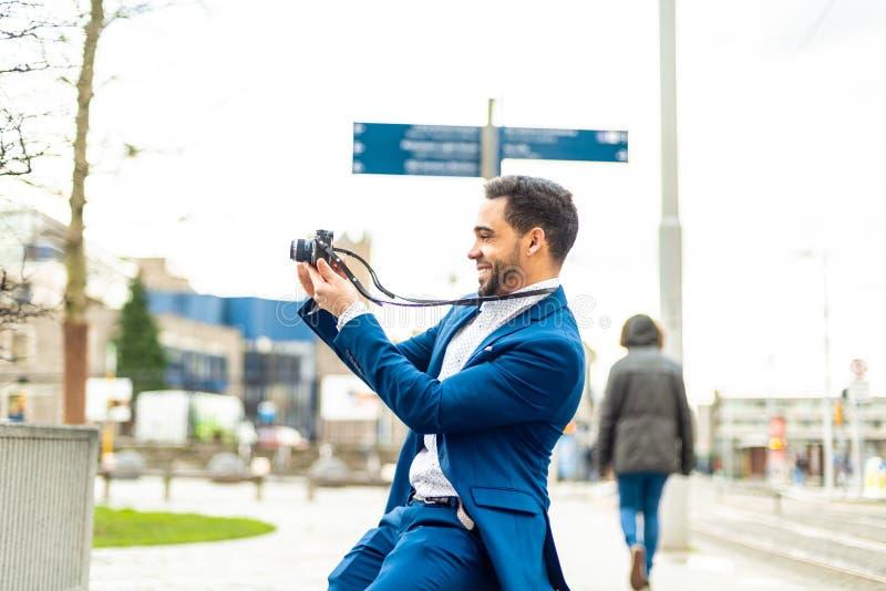 Homem de negócio no terno azul que toma uma imagem fora foto de stock