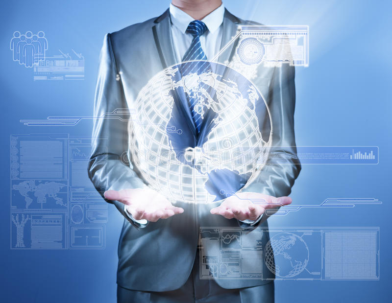 Homem de negócio no terno do cinza azul que trabalha na tela virtual digital, conceito do negócio da estratégia de marketing ilustração stock