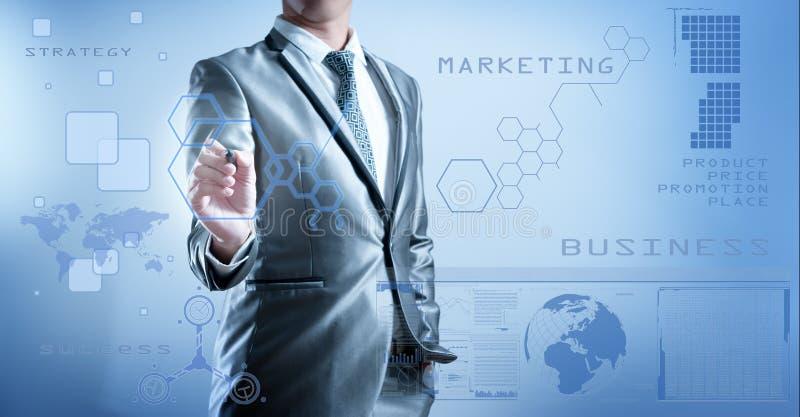 Homem de negócio no terno do cinza azul usando a pena digital que trabalha com di ilustração stock