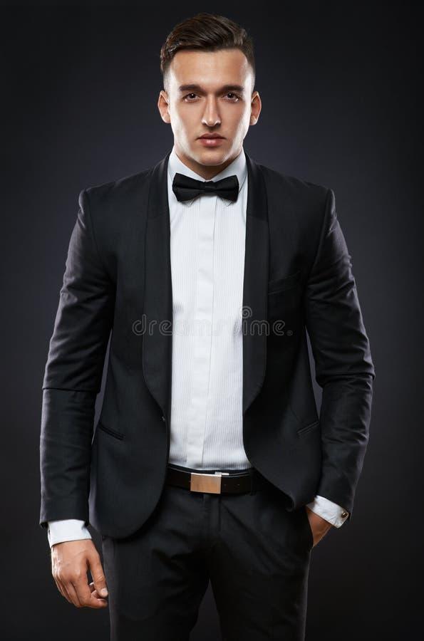 Homem de negócio no terno em um fundo escuro fotografia de stock royalty free