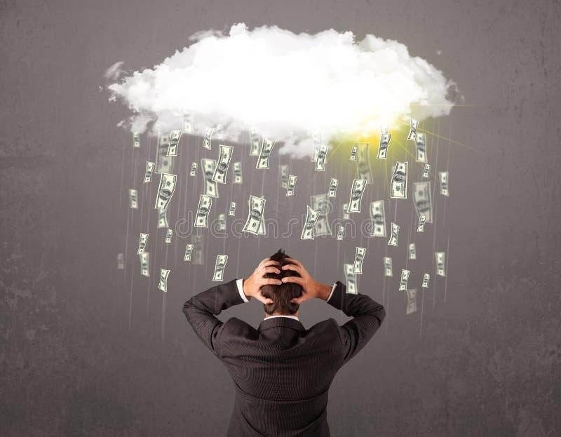 Homem de negócio no terno que olha a nuvem com dinheiro de queda fotografia de stock royalty free