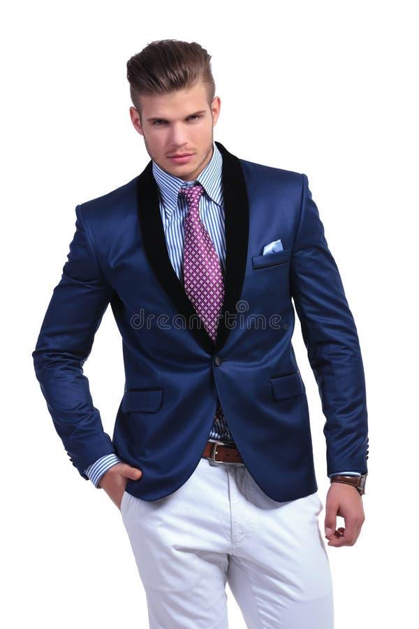 Homem de negócio novo com mão no bolso dianteiro fotos de stock