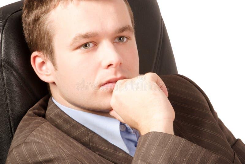 Homem de negócio novo de pensamento fotografia de stock
