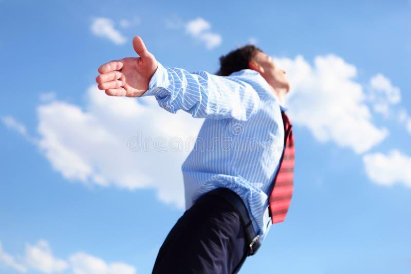 Homem de negócio novo em uma camisa azul e em um laço vermelho imagem de stock