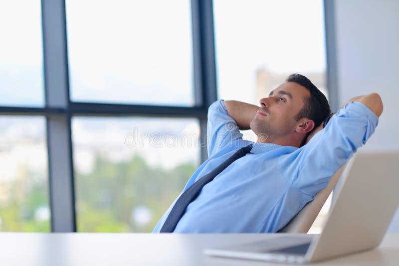 Homem de negócio novo feliz no escritório imagens de stock royalty free