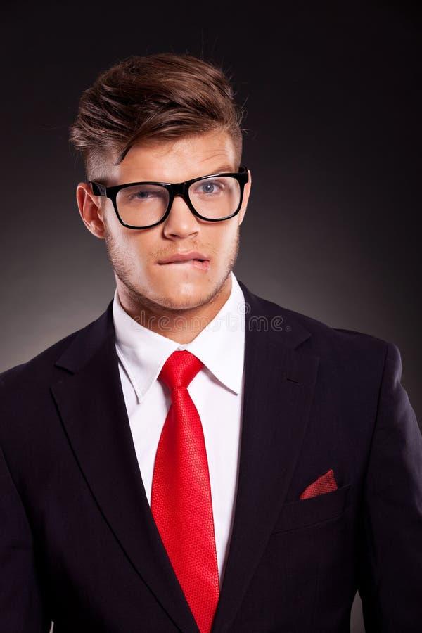Homem de negócio novo incomodado foto de stock