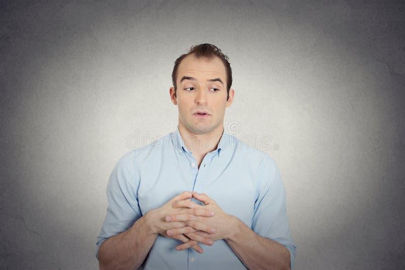Homem de negócio novo invejoso, culpado, manhoso imagens de stock royalty free