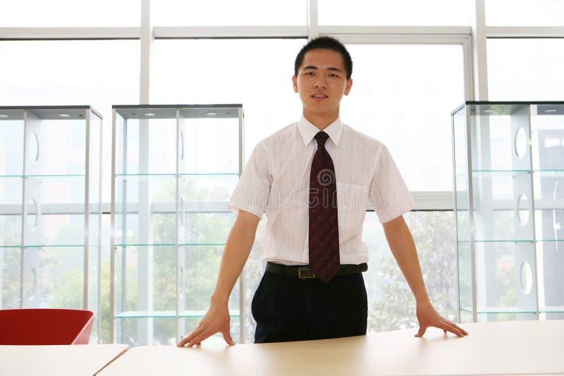 Homem de negócio novo no escritório foto de stock
