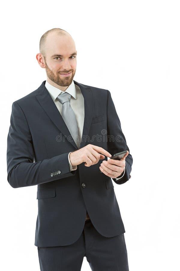 Homem de negócio novo que consulta em seu telefone esperto fotos de stock