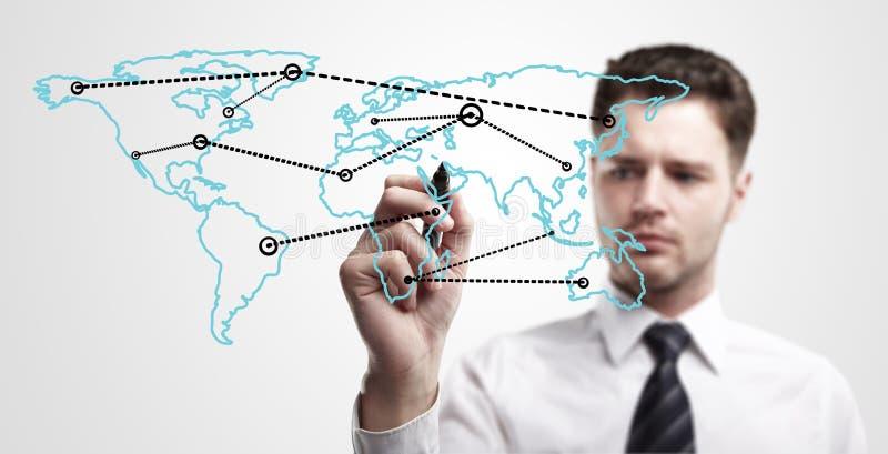 Homem de negócio novo que desenha uma rede global fotografia de stock