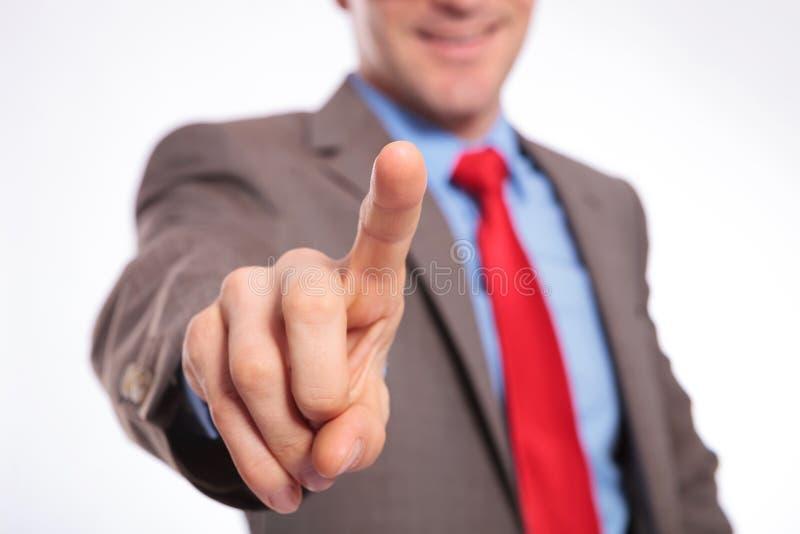 Homem de negócio novo que empurra o botão imaginário imagem de stock