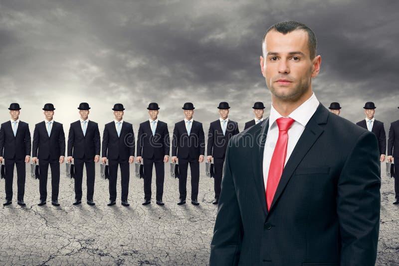 Homem de negócio novo que está na frente de sua equipe fotografia de stock royalty free