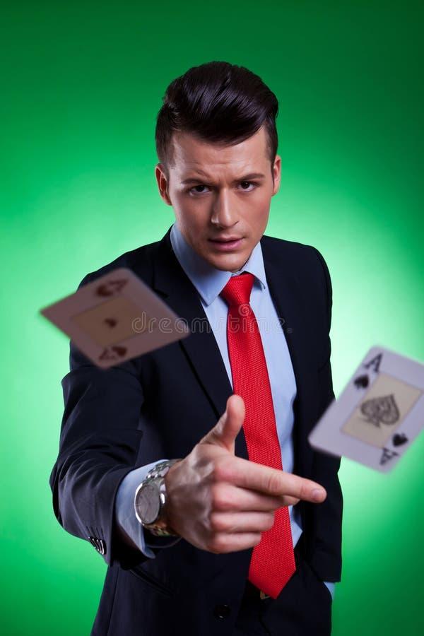 Homem de negócio novo que joga a mão de vencimento fotografia de stock