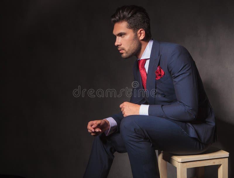 Homem de negócio novo que relaxa em uma cadeira fotografia de stock royalty free