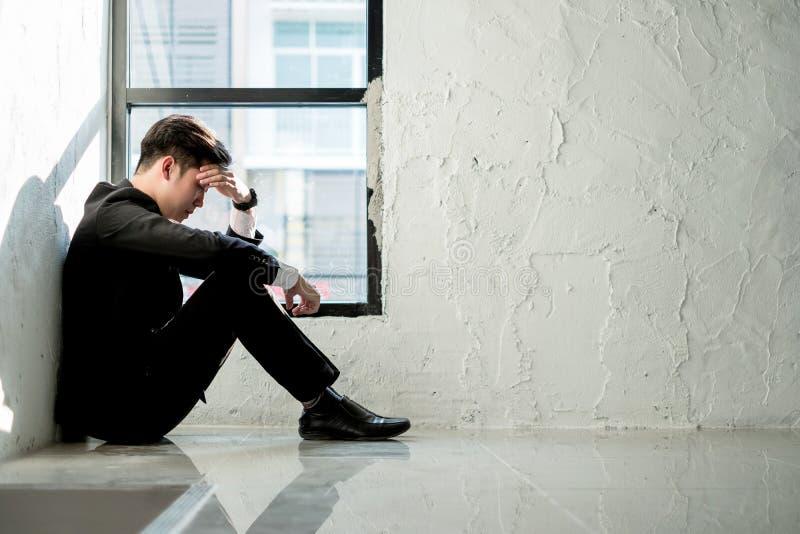 Homem de negócio novo que senta-se no escritório que sente cansado e forçado, conceito do negócio fotos de stock