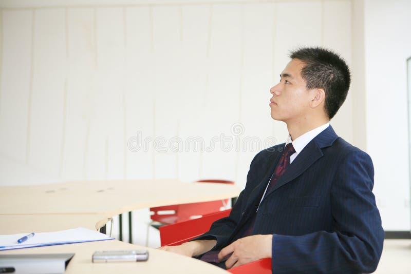 Homem de negócio novo que trabalha no escritório fotografia de stock royalty free