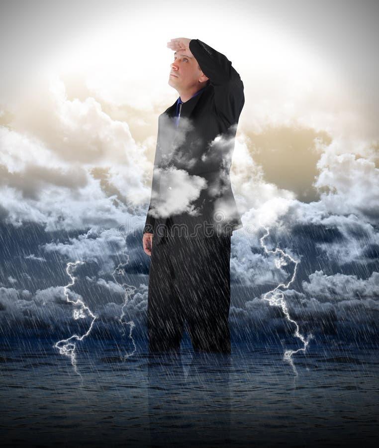 Homem de negócio optimista na água da chuva foto de stock