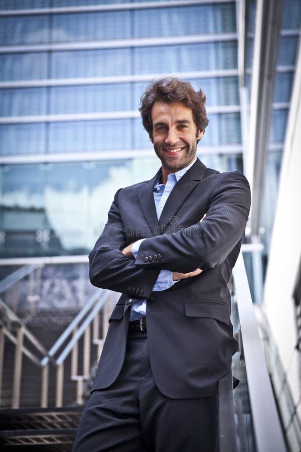 Homem de negócio orgulhoso que está na frente de seu escritório imagens de stock