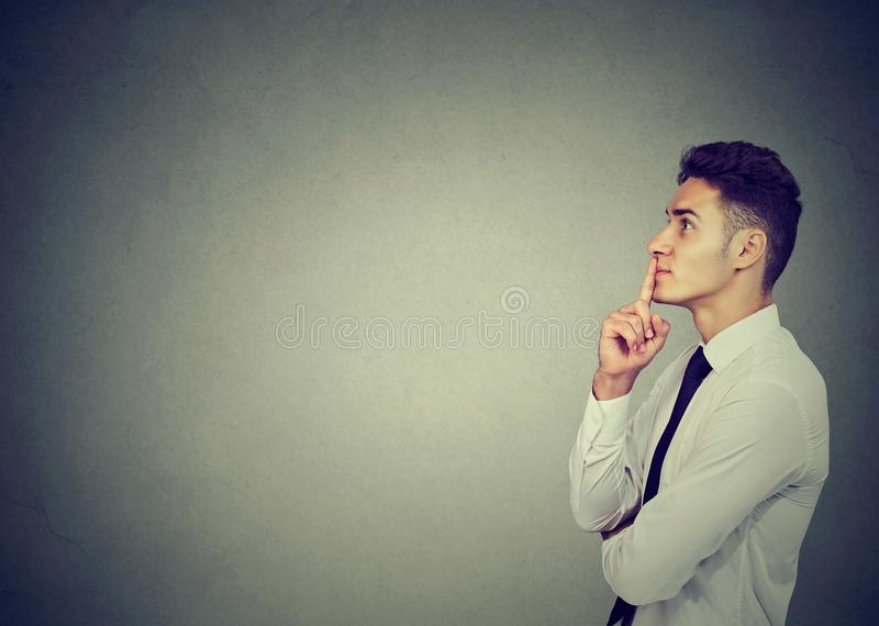 Homem de negócio pensativo que compõe sua mente imagem de stock royalty free